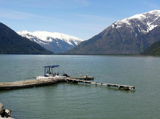 Taku Resort and Marina: Dock at Southgate River at the end of Bute Inlet