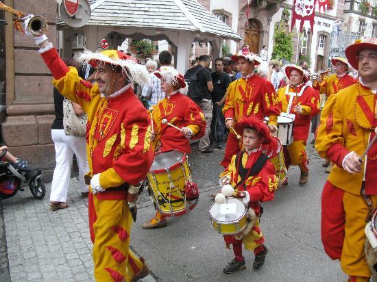 Route des vins d'Alsace: Ribeauvillè: il piccolo tamburino imbronciato