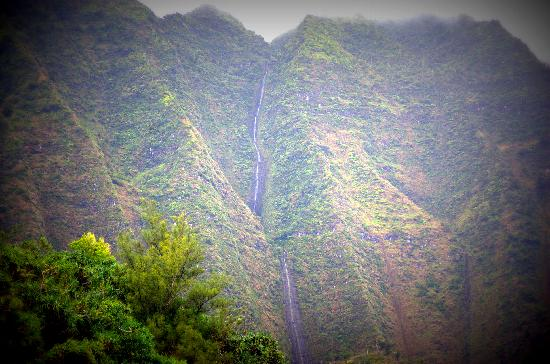 Na Pali Sea Breeze : one of many many waterfalls
