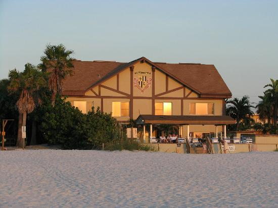 Palm Crest Resort Motel: View from the beach