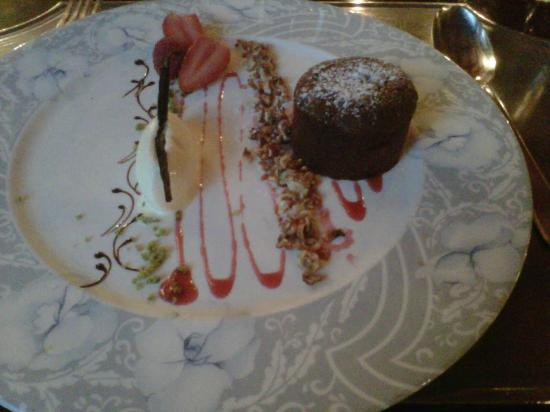 Auberge du Raisin: chocolate cake with vanilla ice cream