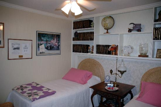 Tuggles' Folly B&B: Library Guest Room