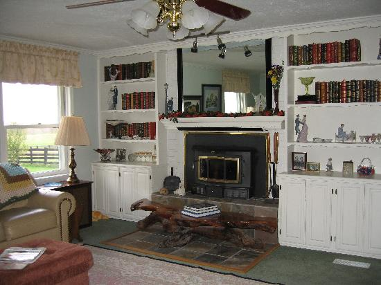 Tuggles' Folly Bed & Breakfast: Enjoy the Living Room