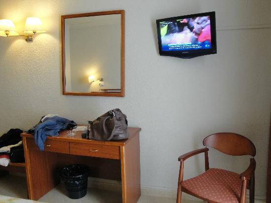 Cama fotograf a de hotel cesar augustus cambrils for Hotel augustus habitacion familiar