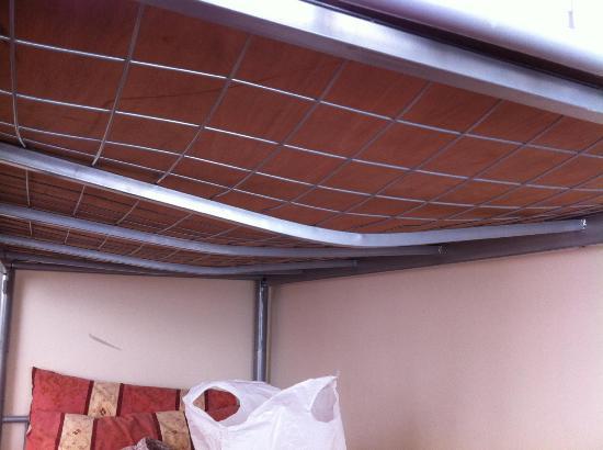 Carlis Hotel : Bent bunkbed!