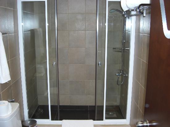 35 Rooms: walk-in shower