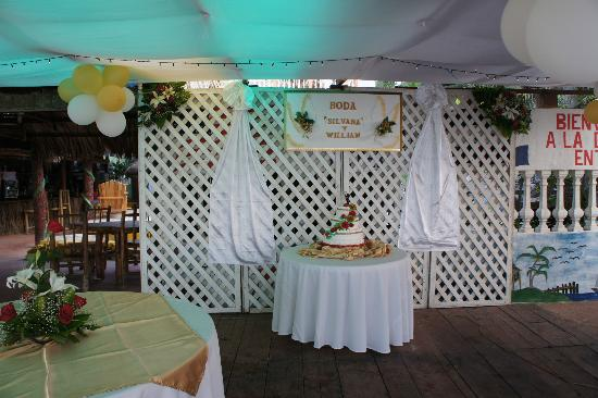 La Delphina Bed and Breakfast, Bar and Grill: Wedding cake and decorations