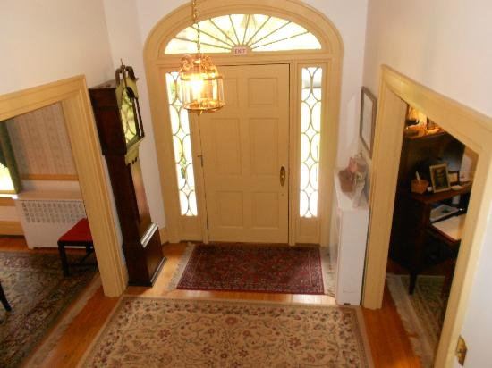 Colonial Capital Bed and Breakfast: Front foyer