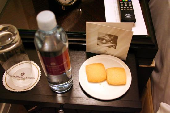 Rosewood Hotel Georgia : Complimentary water and Madeleines bedside