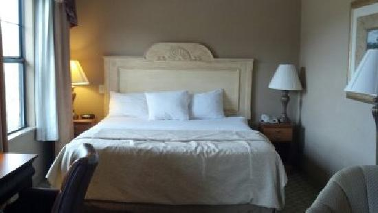 LaQuinta Inn & Suites Boone: bed in suite