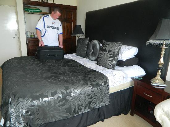 The Hawk & Buckle Inn: Big bed! :)