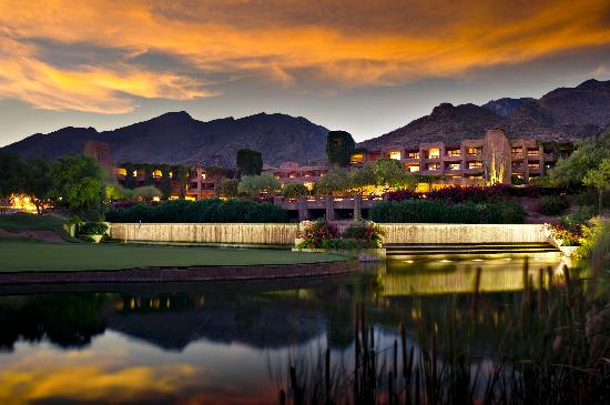 Loews Ventana Canyon Resort: Evening Exterior