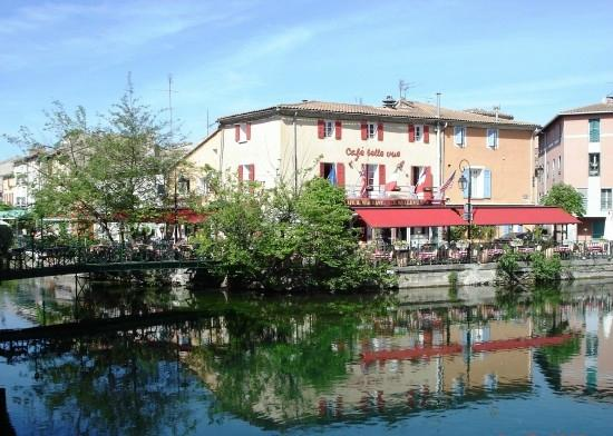 Casa di Paolo : le restau se trouve derrière le pont au bord le l'eau.