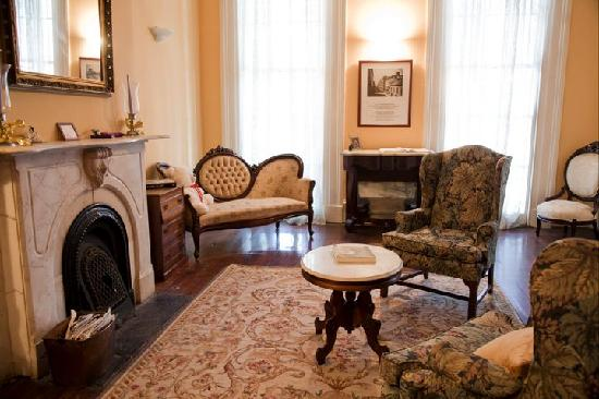 Fairchild House Bed and Breakfast: Front Desk Parlor