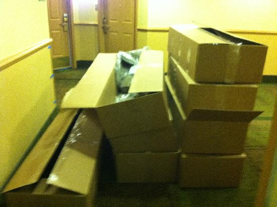 La Quinta Inn & Suites Salt Lake City Airport: Large boxes obstructed the stairwell