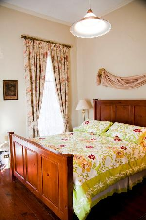 Fairchild House Bed and Breakfast: Superior Queen Room
