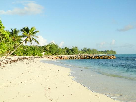 Villas du Voyageur: Beach at the end of the Garden
