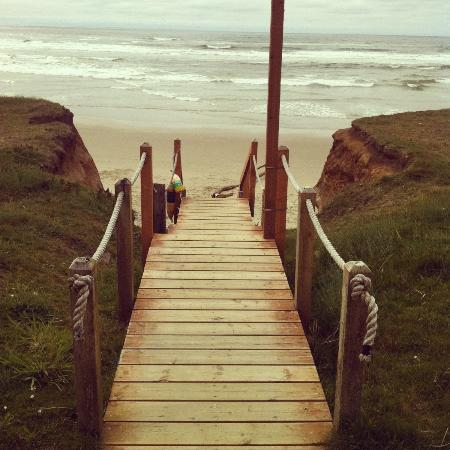 Deane's Oceanfront Lodge: steps to beach