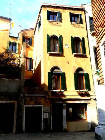 La Locandiera: Front of hotel