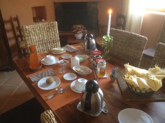 Domaine du Clos d'Hullias : Breakfast table