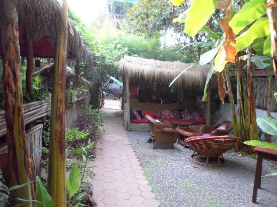 Babel Guesthouse: Salita y restaurante del lado izquierdo