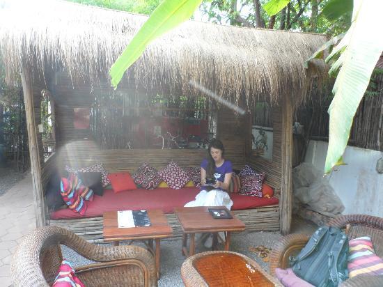 Babel Guesthouse: sala de lectura al aire libre