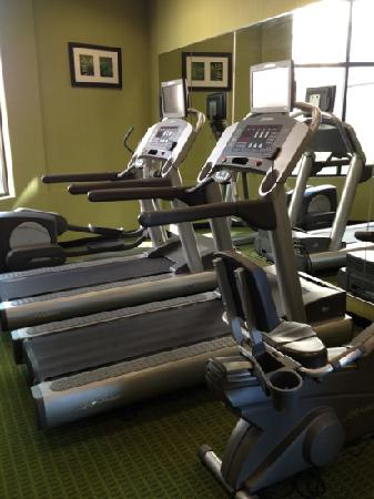 Fairfield Inn & Suites Cleveland Beachwood: 2 treadmills a bike and elliptical machine along with one set of dumbells in the gym