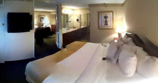 Doubletree Suites by Hilton Hotel Cincinnati - Blue Ash: Bed and sinks to bathroom