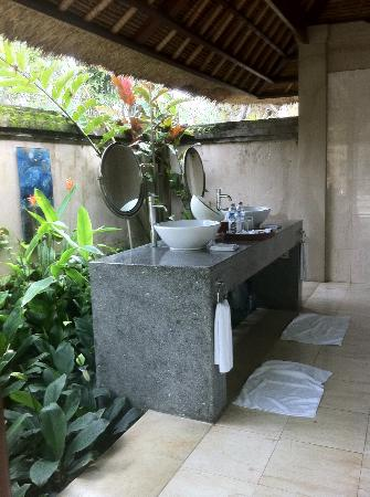 Tamu Seseh: outdoor bathroom