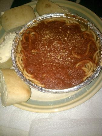 Cucci Pizzeria: Spaghetti with marinara sauce and bread