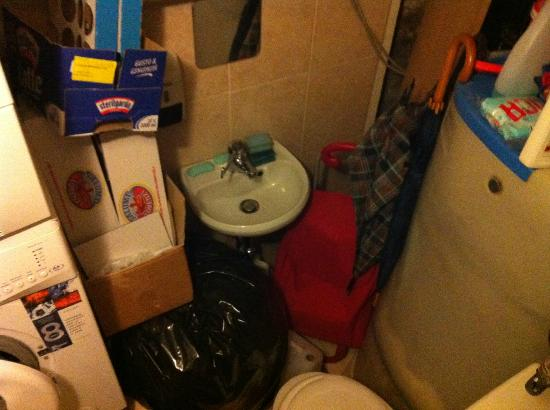 Locanda Barbarigo: Questo è il bagno della ricezione che ci è stato offerto per le nostre necessità (solo in piedi!