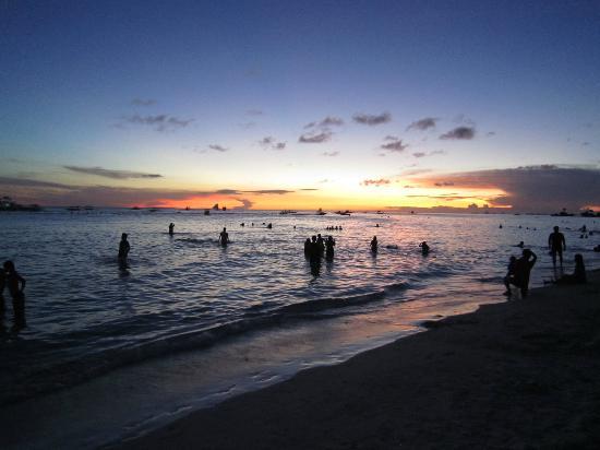 โบราเคย์ บีช คลับ: front beach at sunset