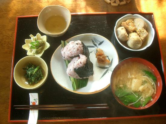 Guest House Tamura : Breakfast dishes.