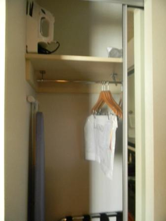 Hyatt Place Bush Intercontinental Airport: closet