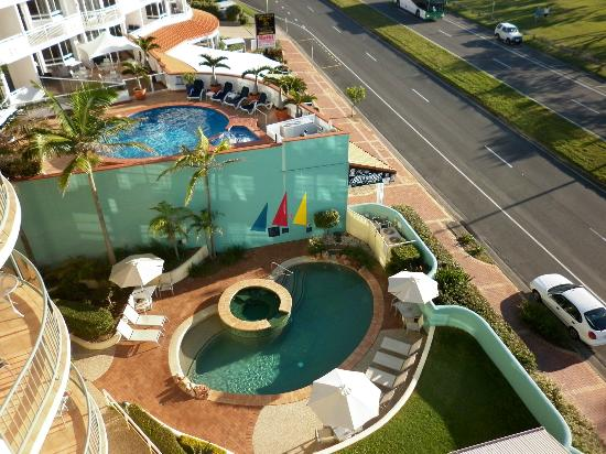 Alex Seaside Resort: View looking onto the pool and spa.
