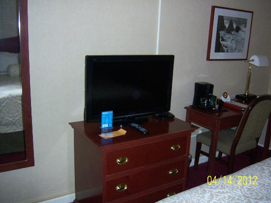 Westmark Baranof Hotel: Flatscreen TV and Desk area