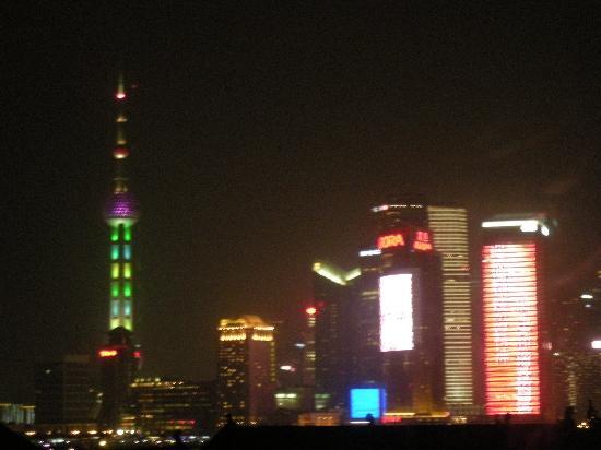 Ibis Shanghai Yu Garden: 窓から見える浦東
