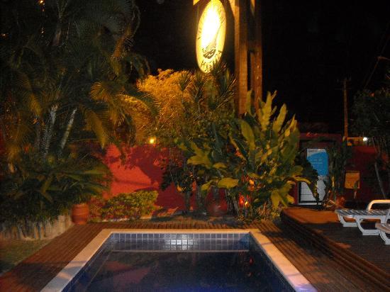 Pousada Villegaignon: piscina de noche
