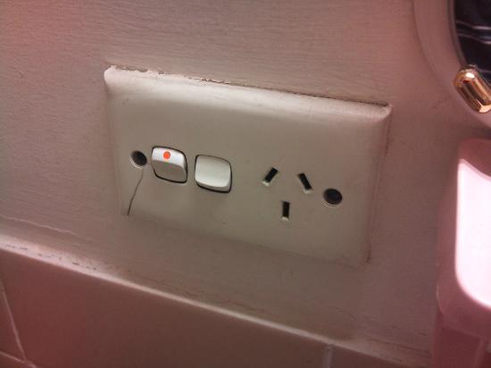 Linwood Lodge Motel: Cracked light switch/power outlet