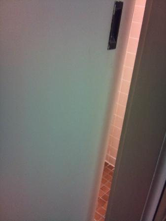 Linwood Lodge Motel: Gap in bathroom door when closed