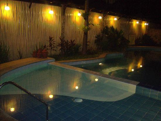 Darayonan Lodge: pool at night