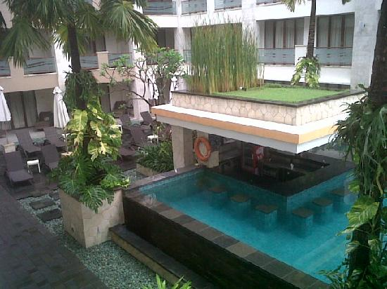 Aston Kuta Hotel & Residence: pool in the morning