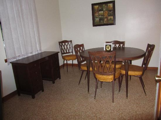 Oak Haven Cottages: Dining Area