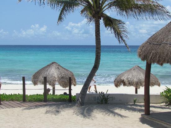 Petit Lafitte: Beach steps from hotel