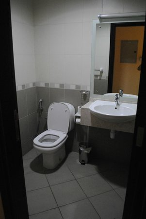 Baity Hotel Apartments: Toilet nearest to entrance