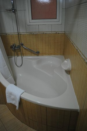 ‪‪Baity Hotel Apartments‬: Clean tub for soaking‬