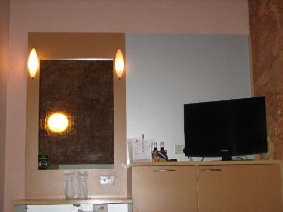 Desert Cave Hotel: TV