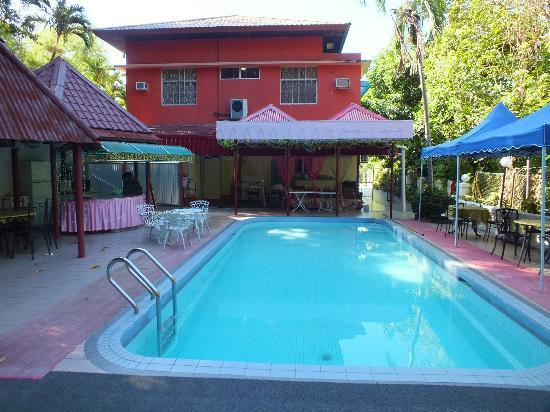 Nazira Guesthouse: swimming pool