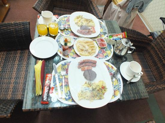 Nazira Guesthouse: breakfast