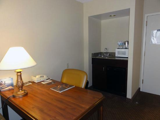 Sheraton Suites Galleria Atlanta: Desk, separate sink and amenities